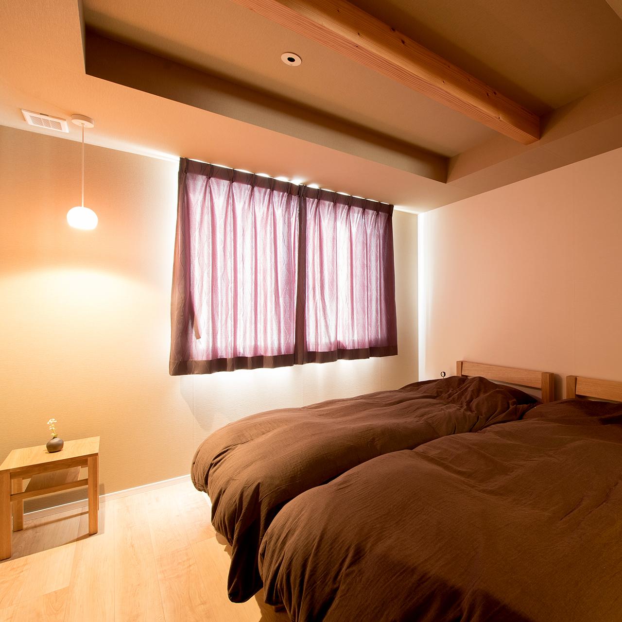 落ち着いたインテリアの寝室