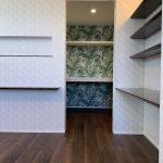 主寝室、ウォークインクローゼット、壁紙、カウンター、ニッチ、棚