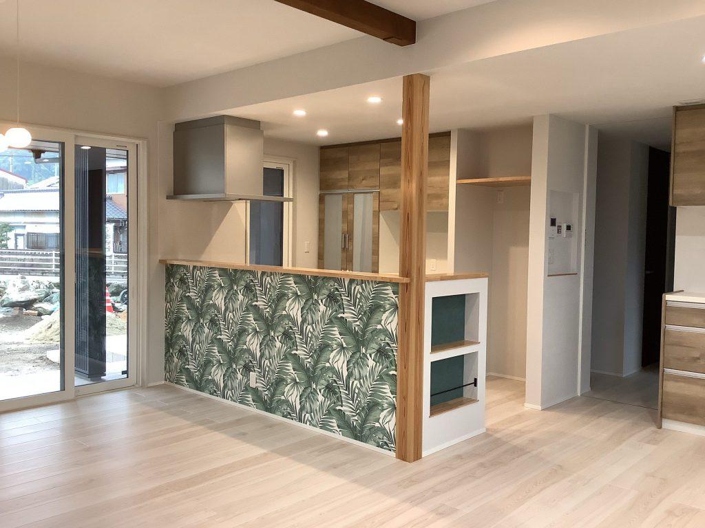 印象に残るキッチン腰壁は、自然を愛する施主様が家の中でも緑を感じるデザインに仕上げた